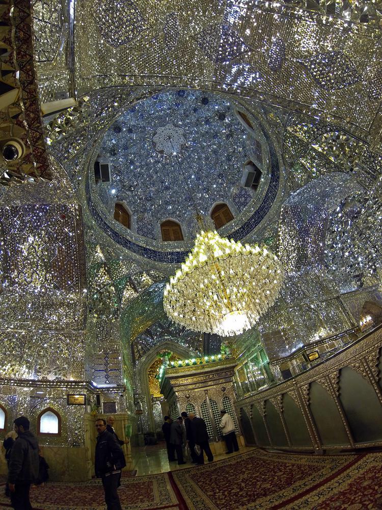 im Inneren des Mausoleums funkelt das Licht von verspiegelten Wänden