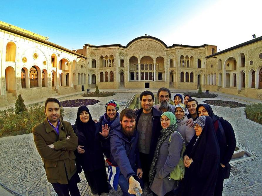 Gruppenfoto im Anwesen des Teppichhändlers Tabatabei