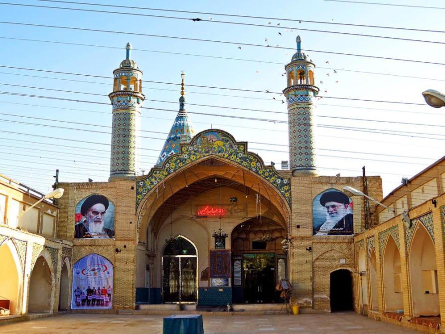 Porträts von Khomeini und seinem Nachfolger Chamenei an einer kleinen Moschee