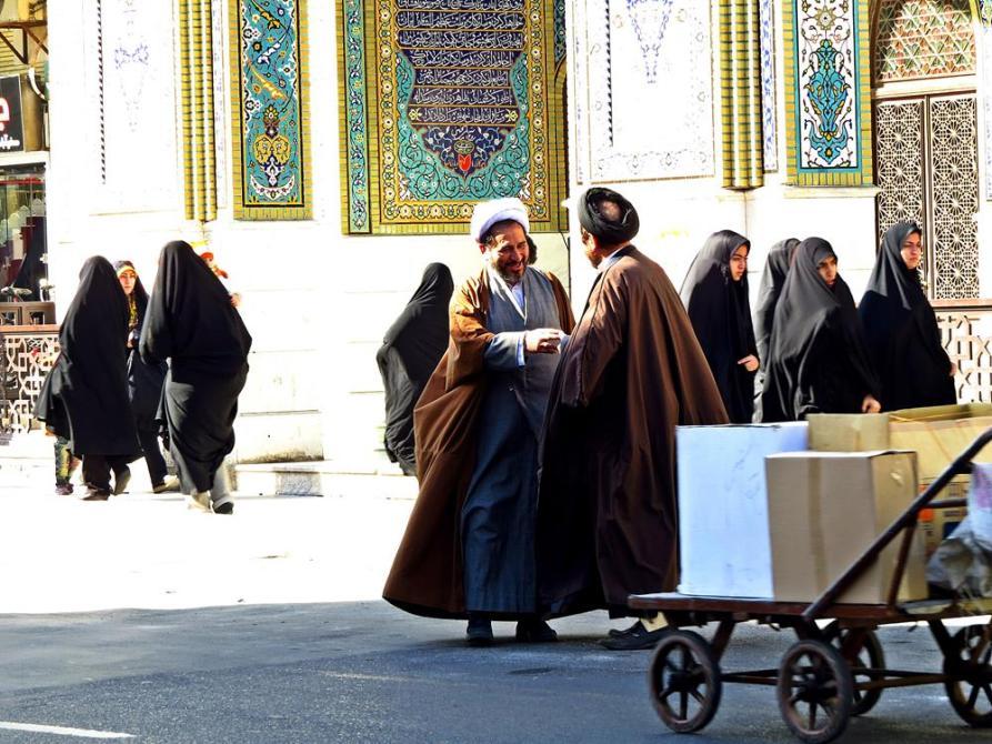 Mullahs und Frauen im Tschador
