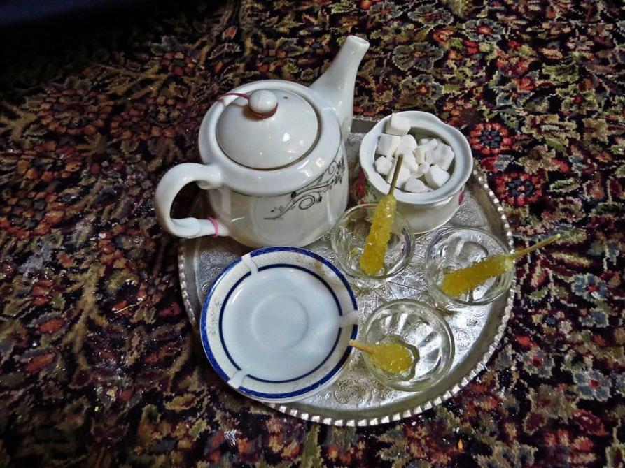 Chai mit Safran-Kandiszucker im Vakil Hamam