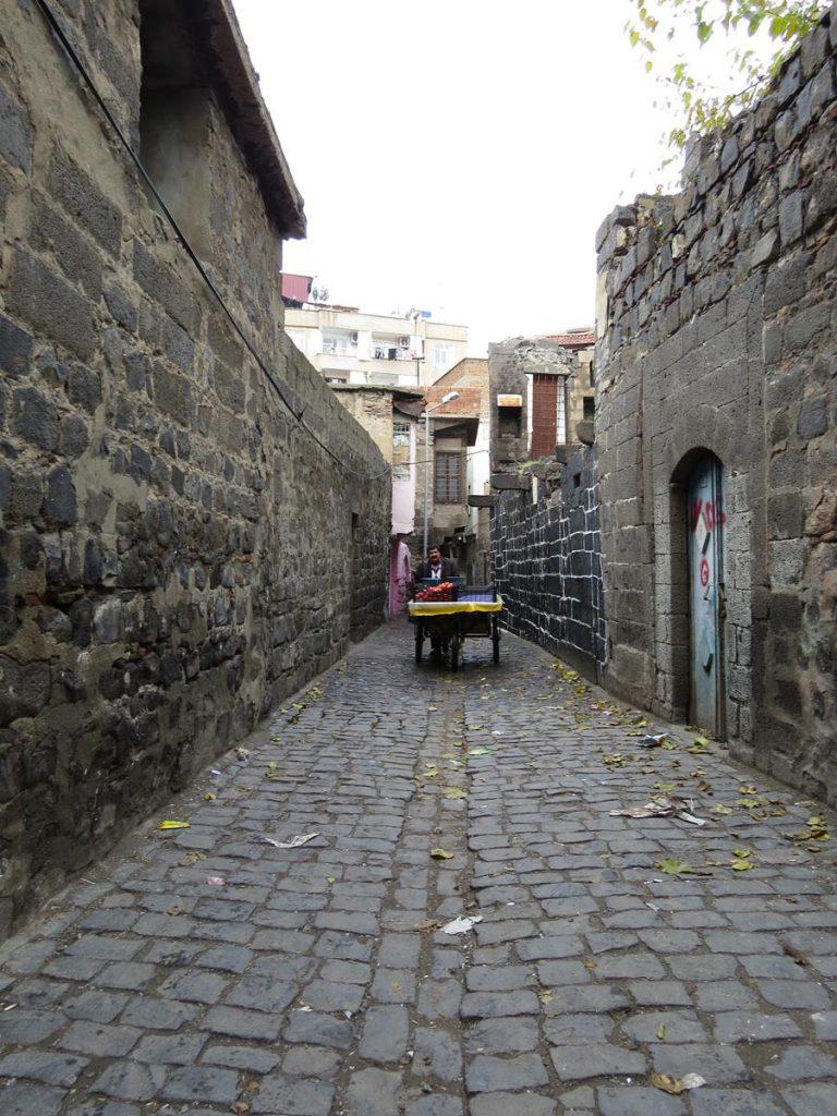 Mann mit Karren in einer engen Gassen in Diyarbakır