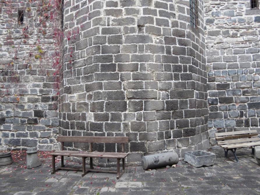 dunkle Altstadtmauer in Diyarbakır