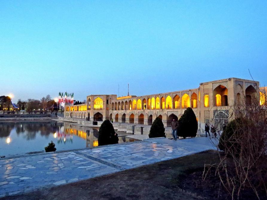 beleuchtete Khaju-Brücke über dem Zayandeh, Isfahan, Iran