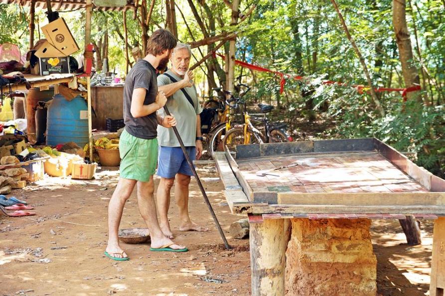 Rahmen für Tischplatte als Lehm, Kalk und Schottersteinen, Auroville, Sacred Groves
