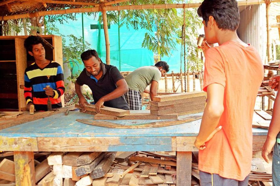 Vorarbeit in der Tischlerwerkstatt, Auroville, Sacred Groves