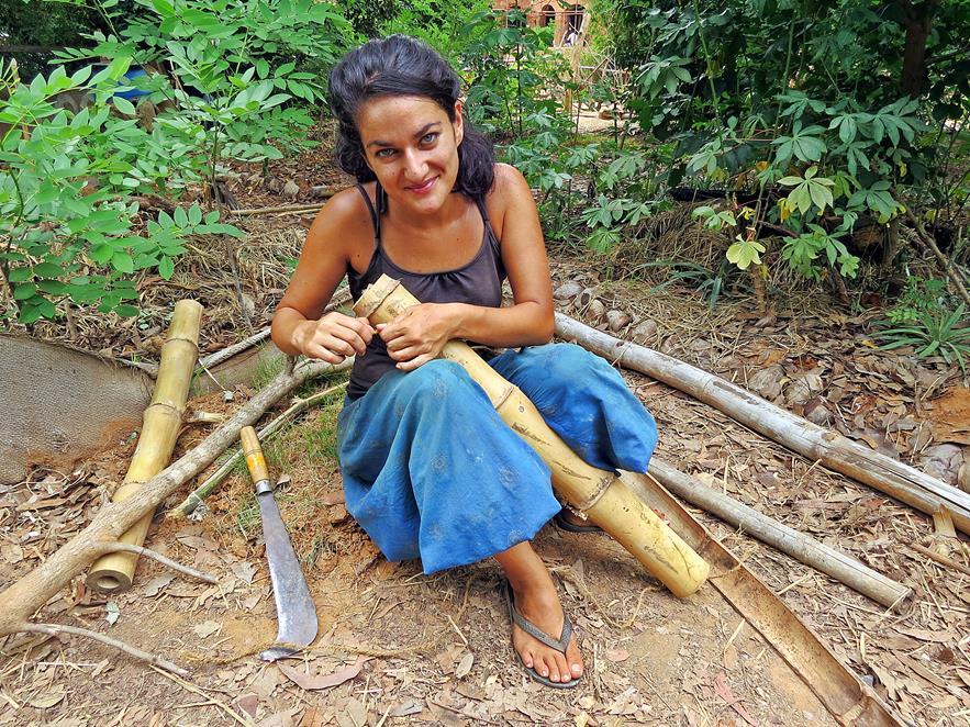 Gartenarbeit mit Bambus, Auroville, Sacred Groves