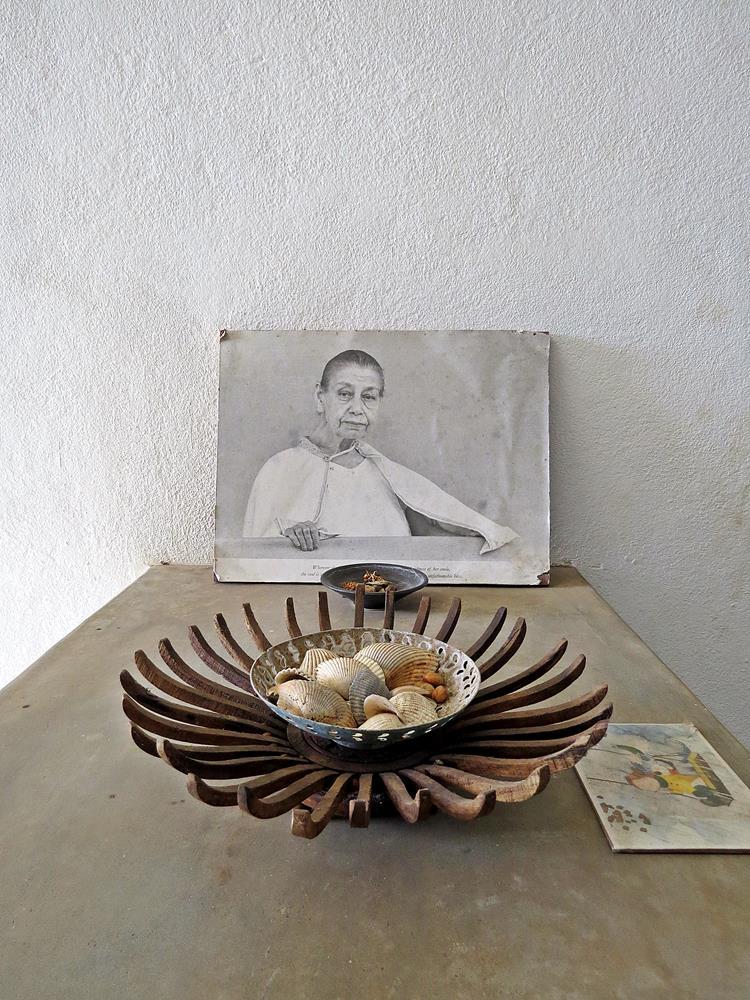 La Mère auf dem Beistelltisch, Auroville
