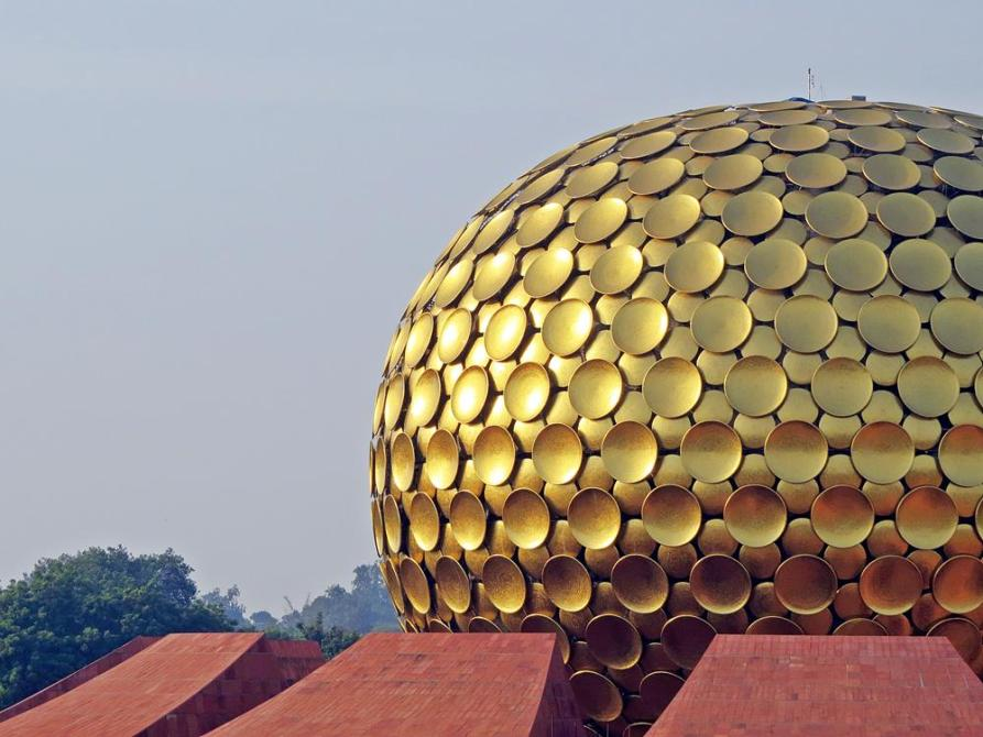 goldene Kuppel des Matrimandir in Auroville