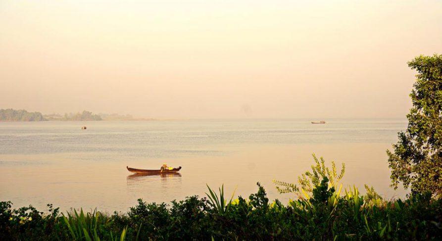 Ruderboot auf dem Thanlwin Fluss, Mawlamyine, Myanmar