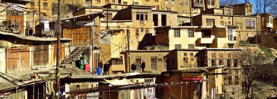 Masulehs Dächer und die Festung Rudkhan