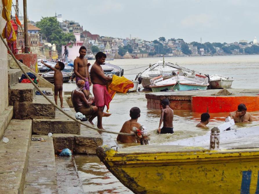 Badende Hindus im Ganges, Varanasi