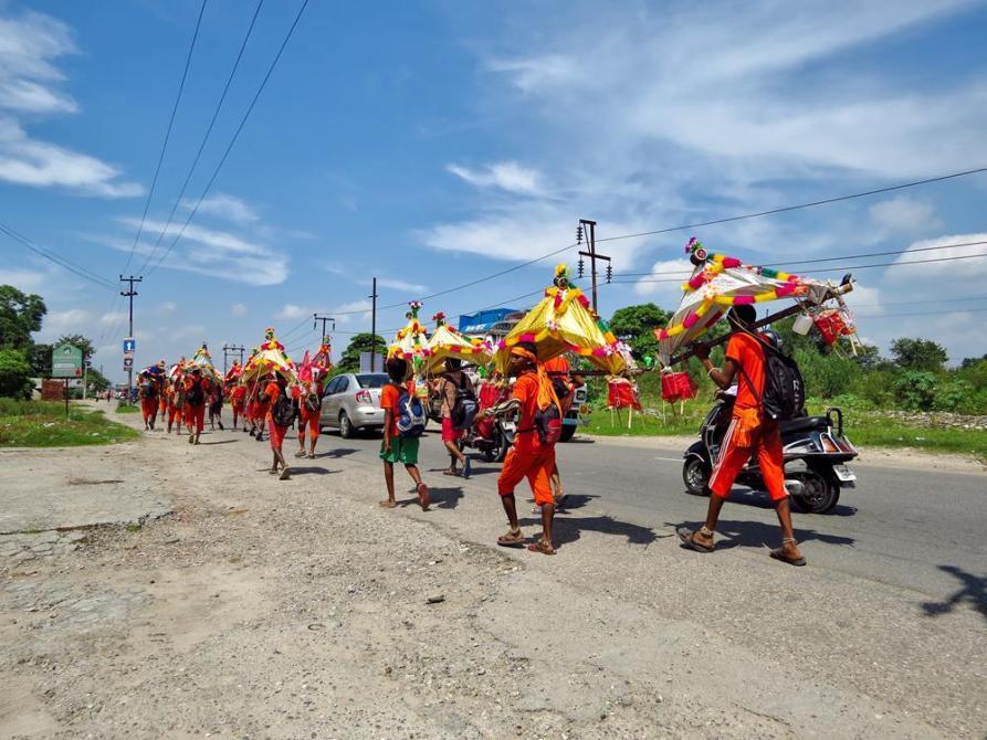 Pilger während der Kanwar Yatra auf dem Weg nach Haridwar
