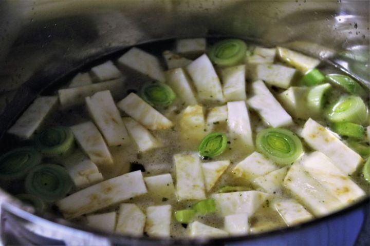 Selleriesuppe mit Birnen Speck und Kartoffel kocht vor sich hin