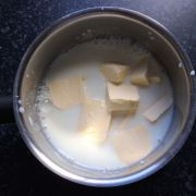 Butter in Milch schmelzen