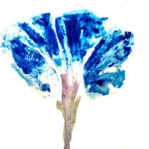 Fleur dont les pétales bleus sont peints en vernis à ongles