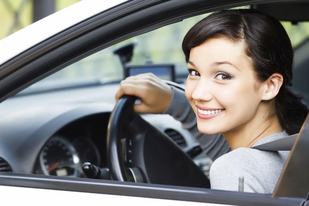 Menina atrás do volante
