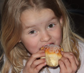 Prinsessa koser seg med vaniljebolle