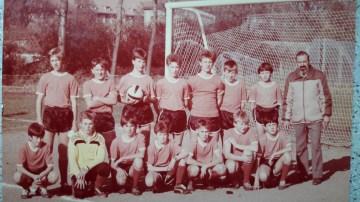 1988. Zespół młodzików ( ob. trampkarzy) na boisku przy ul. Sikorskiego
