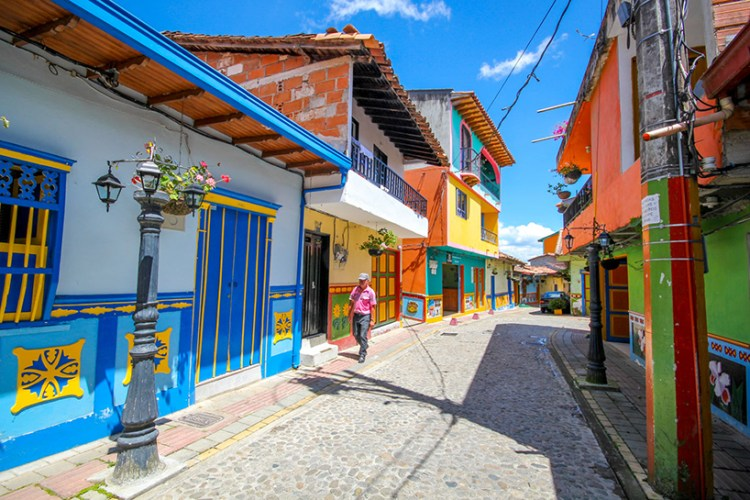 jessica-devnani-guatape-colombia-colorful-town-designboom-02