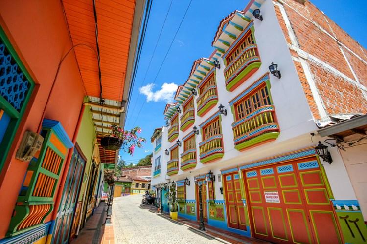 jessica-devnani-guatape-colombia-colorful-town-designboom-03