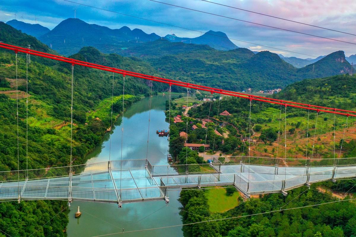worlds-longest-glass-bridge-moss-and-fog-1