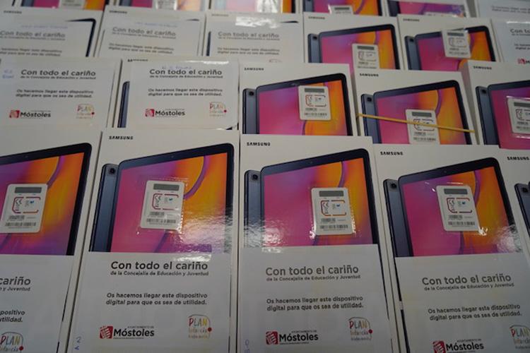 El Consistorio reparte un centenar de dispositivos electrónicos entre centros educativos de la ciudad