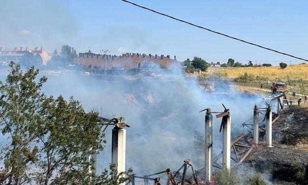 Un incendio entre Parque Coimbra y Parque Guadarrama obliga a desalojar 12 viviendas