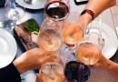 Brindar con buenos vinos en las tardes de verano es un placer para compartir en buena compañía