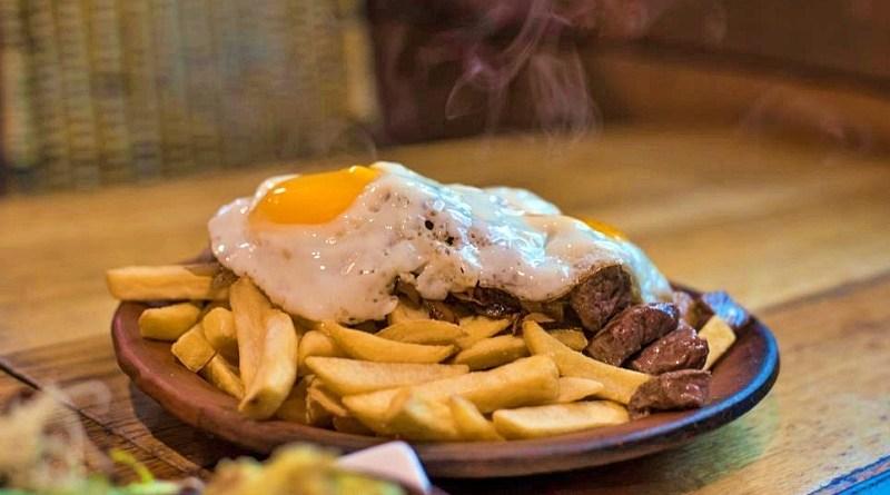 """Hoy 14 de agosto se celebra el """"Día nacional de la Chorrillana"""", un plato típico chileno muy similar al """"Lomo a lo pobre""""."""