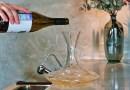 Para que puedas disfrutar al máximo de las características de un vino, una de las opciones es que utilices un decantador.