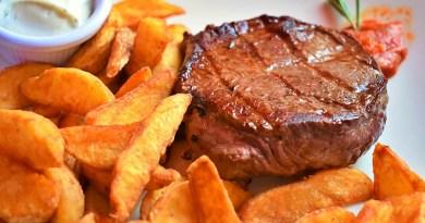 Cada 24 de abril se celebra el Día Nacional del Bistec a lo Pobre, un plato que forma parte de la tradición gastronómica del país.