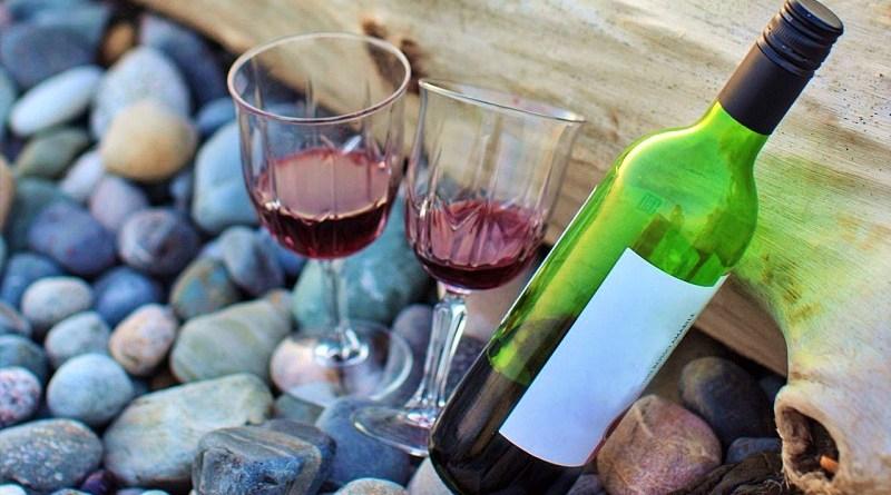 En un reciente artículo, la prestigiosa revista inglesa Decanter reveló los 12 vinos con tapa rosca favoritos de sus expertos, dos de los cuales son chilenos.