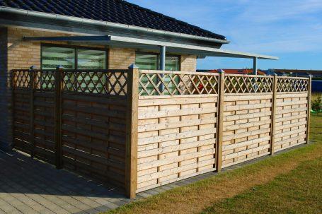 Önök kérdezték: Telekhatáron álló épületnél kötelező a kerítés?