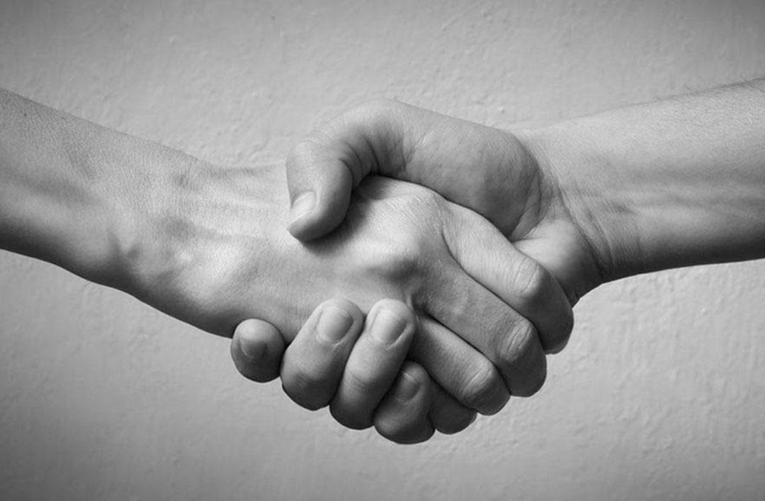 Photo en noir et blanc d'une poignée de main entre deux personnes - référence