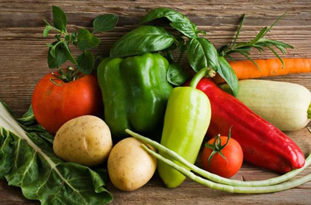 Photo de légumes et aromates de saison sur table en bois - référence