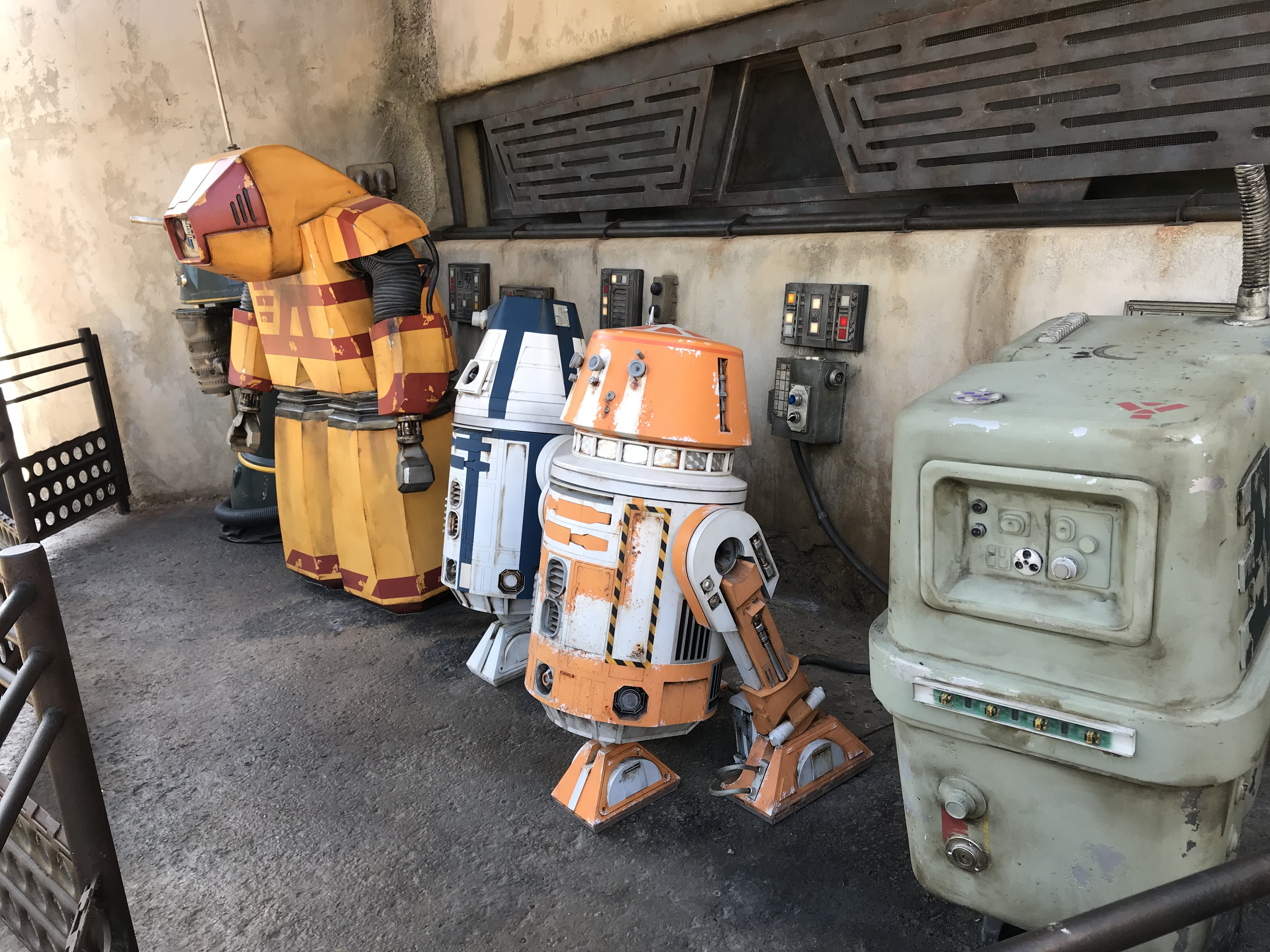 10 Things You Have To Do Inside Galaxy's Edge at Disneyland