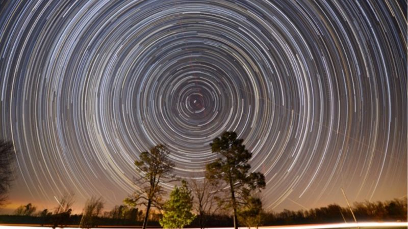Very many concentric white circles, the circumpolar stars. One star, the pole star, is fixed in the center.