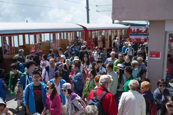 Touristen aus Asien erreichen den Rigi Kulm