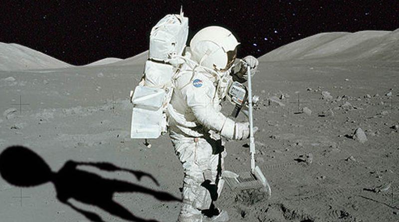 Astronaut mit Alienschatten