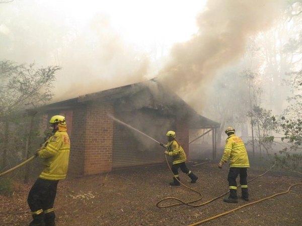 Buschfeuer zerstören Haus in Südaustralien.