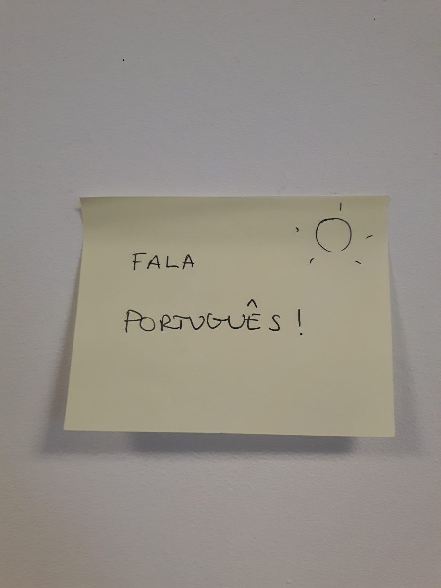 start a bilingual journey - post it note with 'Fala Portugues!' written on it with a sunshine in the top right corner