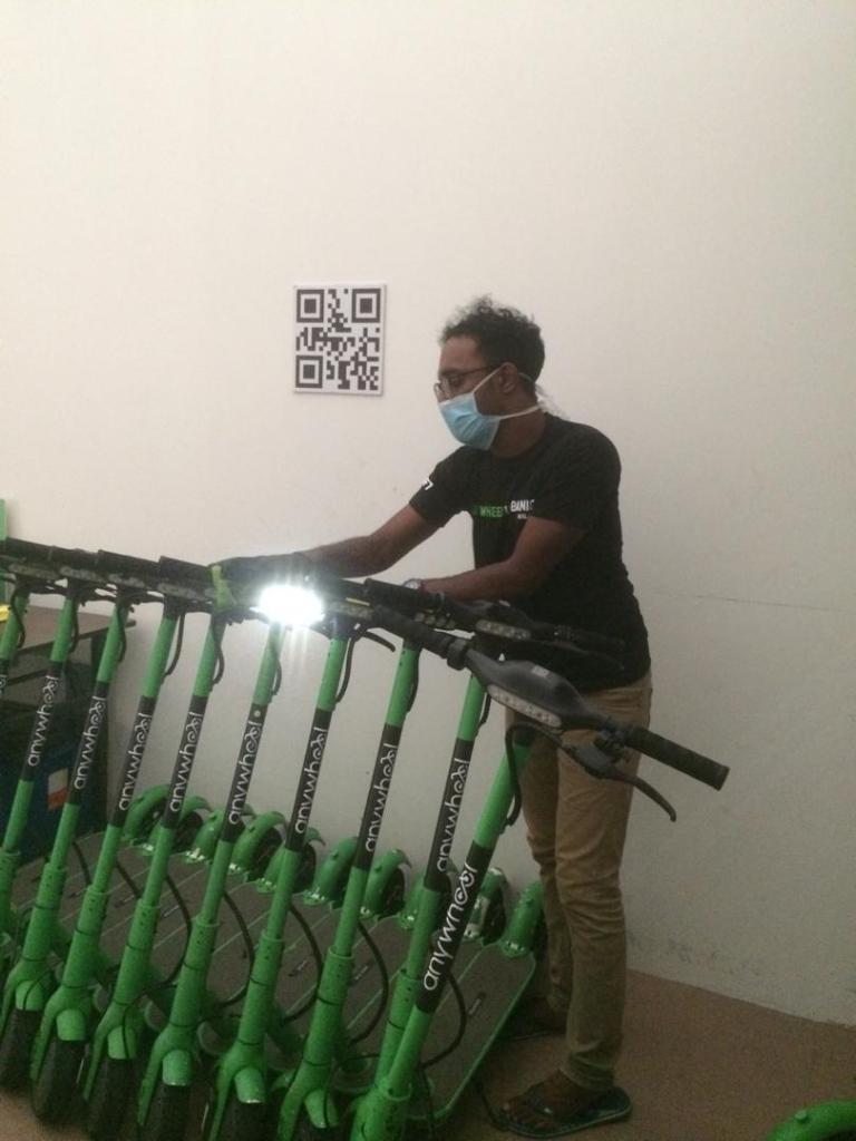 Anywheel Pasukan Operasi membersihkan e-skuter di dalam bengkel sebelum diedarkan ke luar Bayan Baru Penang