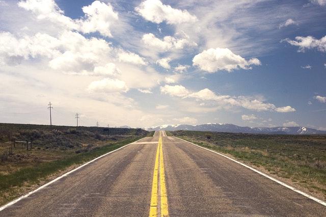 Lebensplan erstellen: Eine endlos lange Straße, die nur mit einem Lebensplan zum Ziel führt