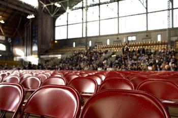 Motivation im Leben: Eine riesige Stuhlreihe vor einem Vortrag
