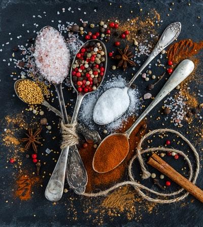 Motivation für gesunde Ernährung - Verschiedene Gewürze auf Löffeln