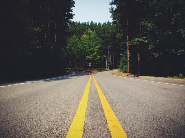 Entscheidungen treffen - Eine Straße mit 2 möglichen Wegen