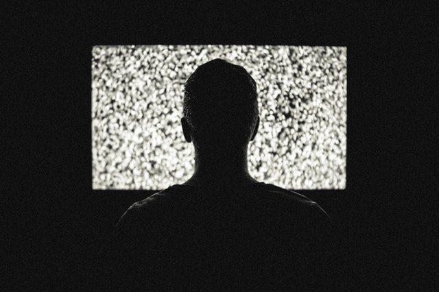 Positives Denken lernen - Person schaut regungslos Fernsehen