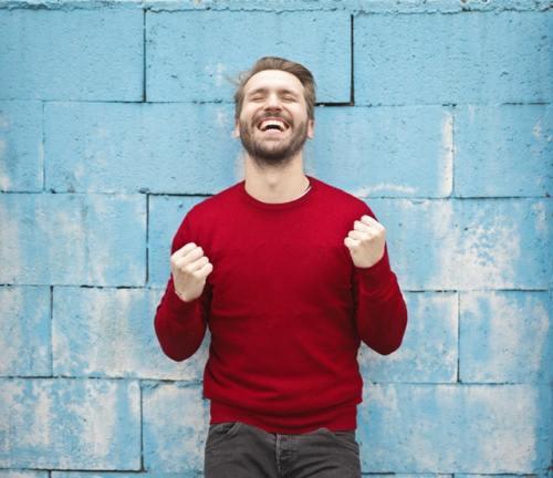 Motivation im Studium Visualisiere deine Ziele - Eine Person freut sich und ballt die Fäuste