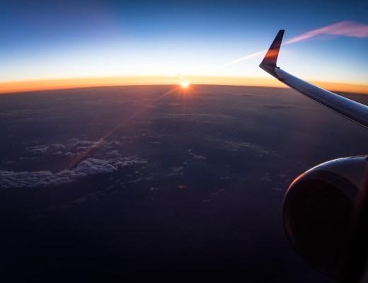 夜明けの飛行機